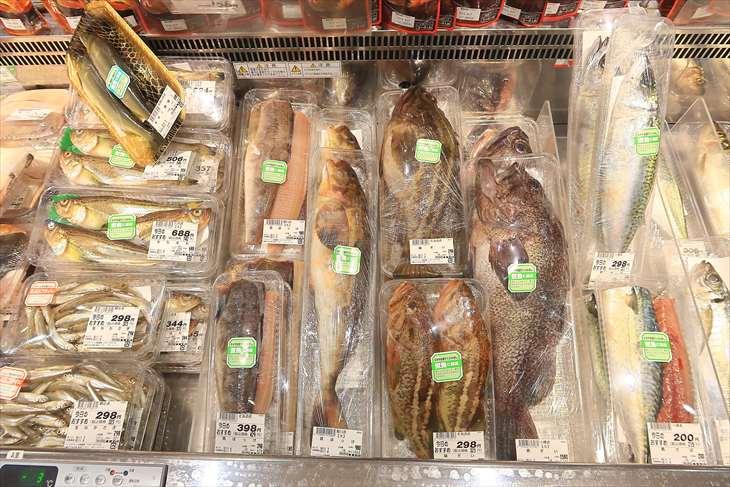 水産売場 パック詰めされた魚
